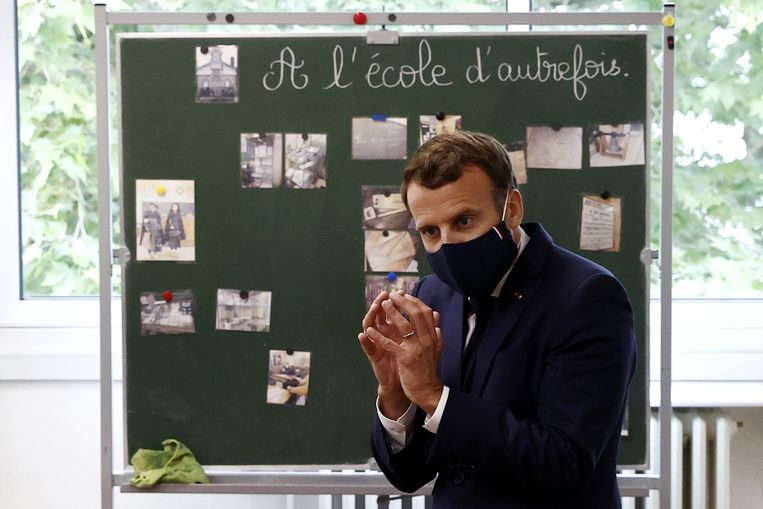 Emmanuel Macron draagt een mondmasker tijdens een bezoek aan een basisschool. Beeld REUTERS