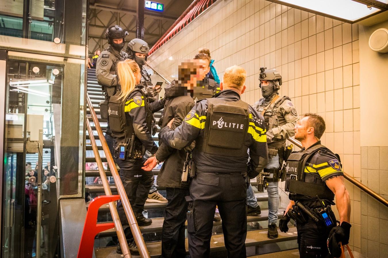 Politie rond een man die wordt gearresteerd op station Eindhoven.