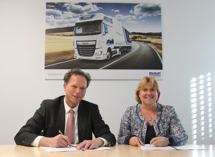 Jos Smetsers van DAF/Paccar en directeur Yvonne van Mierlo van Ergon tekenen het vernieuwde contract.