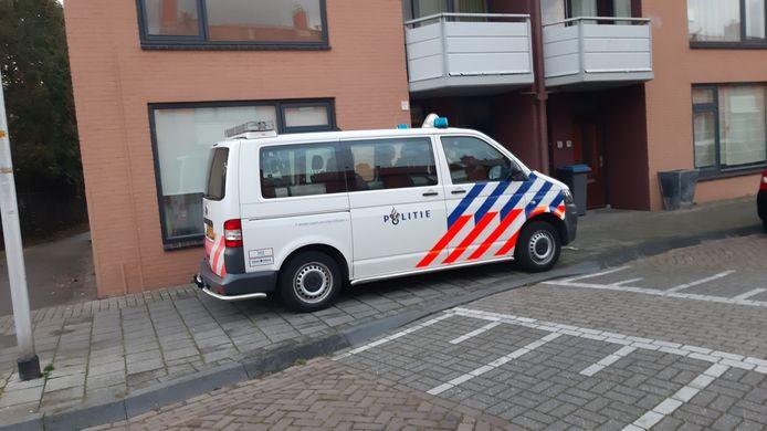 Een politiebusje hield maandagavond de wacht bij de woning aan de Clematisstraat in Almelo.