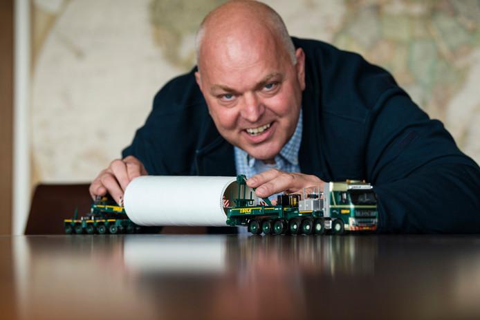 Projectleider Emiel Leushuis van Bolk Transport laat aan de hand van een schaalmodel  de wijze van transport zien van een element van een windmolen voor een klus die Bolk heeft in Zweden.