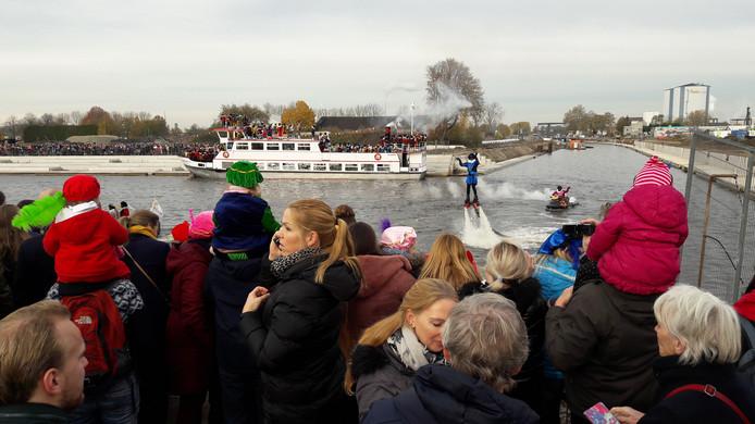 Spektakel bij de aankomst van Sinterklaas in Roosendaal. Op de voorgrond Stuntpiet met een hydrojet.