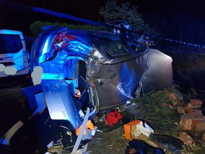 De bestuurder kroop lichtgewond uit het wrak na de crash langs de Oostendse Steenweg