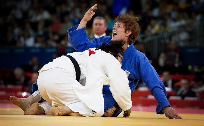 Judoka Elisabeth Willeboordse (blauw) in actie tegen de Japanse Yoshie Ueno in de herkansingenin de judo klasse tot 63 kilogram op de Olympische Spelen in Londen.