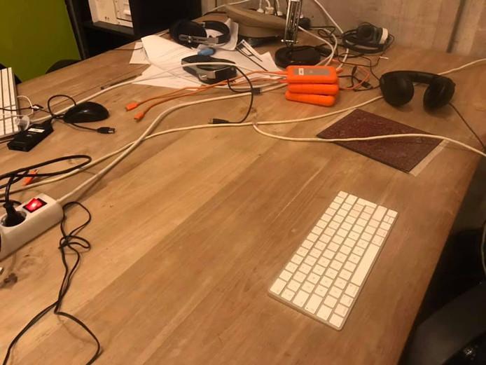 De dieven lieten alleen toetsenborden achter op de verder lege bureau's.