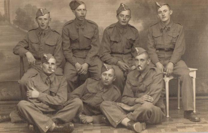 Een groep Poolse soldaten, met links in de bovenste rij Jozef Wojciechowski, die op 8 januari overleed, op 97-jarige leeftijd.