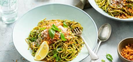 Wat Eten We Vandaag: Spaghetti met spinaziepesto en krokant broodkruim