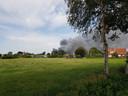 De rookwolken van de brand in Halle zijn van veraf te zien.