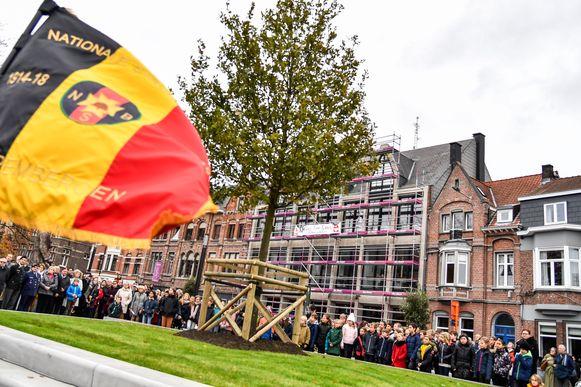 De herdenking, met inhuldiging van een nieuwe Vredesboom, op het pleintje Franz Courtens in Dendermonde, lokte heel veel volk.