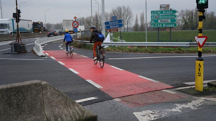 Fietsers hebben gelijktijdig groen licht met afslaand verkeer en dat is volgens de Fietsersbond om ongelukken vragen.