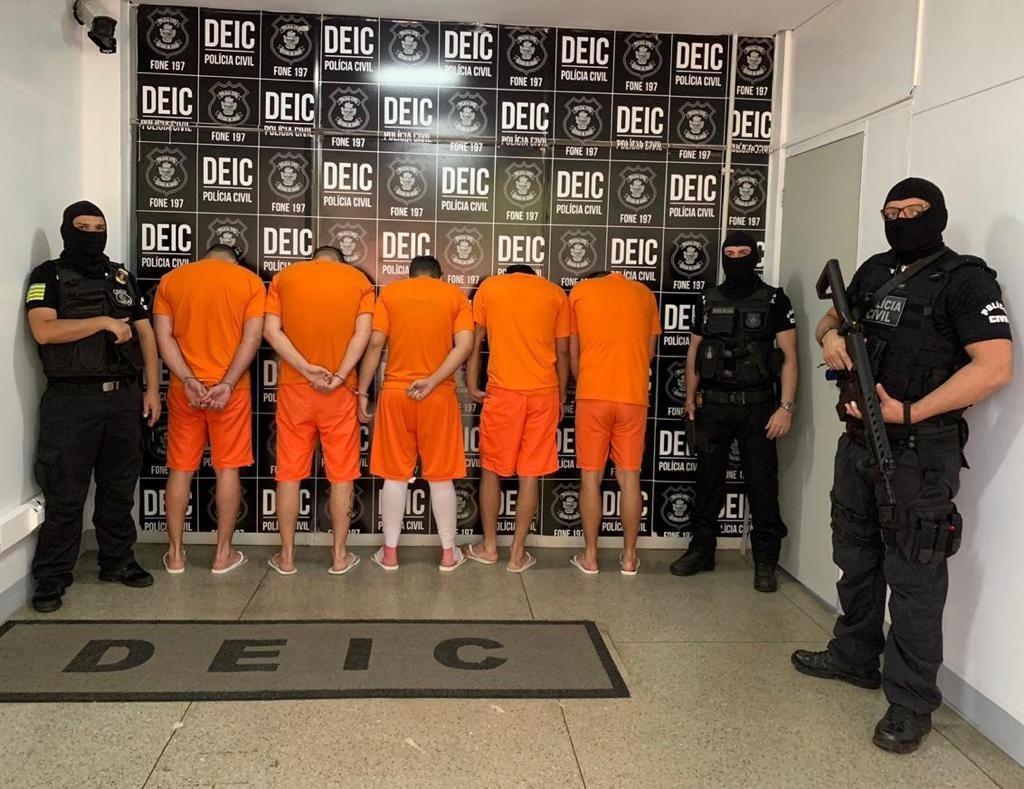 Vijf van de verdachten. Het is niet bekend of op deze foto ook de 40-jarige Nederlandse verdachte Dennis staat.