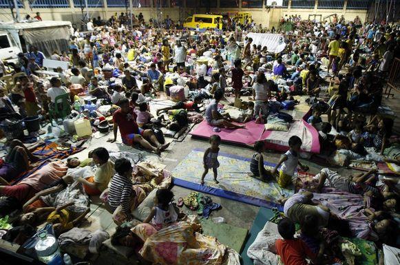 Gevluchte Filipijnen slapen in een gymzaal in de provincie Cebu