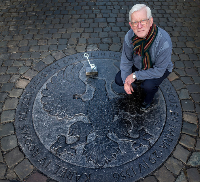 Hans de Visser bij een van de bijzondere historische stenen die in het centrum van Boxtel zijn gelegd.