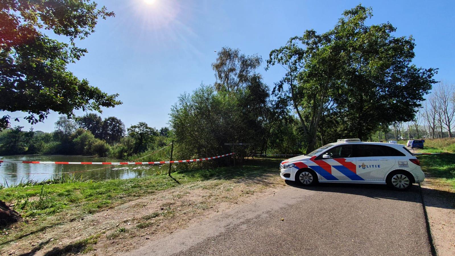 De politie onderzoekt de doodsoorzaak.