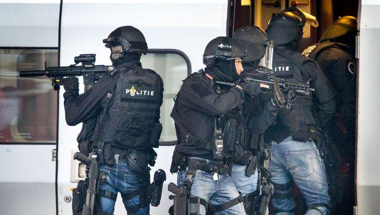Arrestatieteams en speciale interventieteams van de politie zijn al uitgerust met mitrailleurs en zwaardere wapens. Beeld null