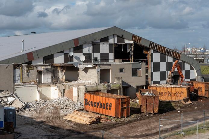 Het voormalige pand van Harders Plaza aan de Flevoweg wordt ontmanteld.