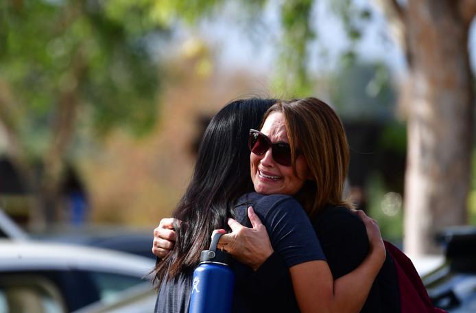 Op en rondom de middelbare school in Santa Clarita zoeken mensen steun bij elkaar.
