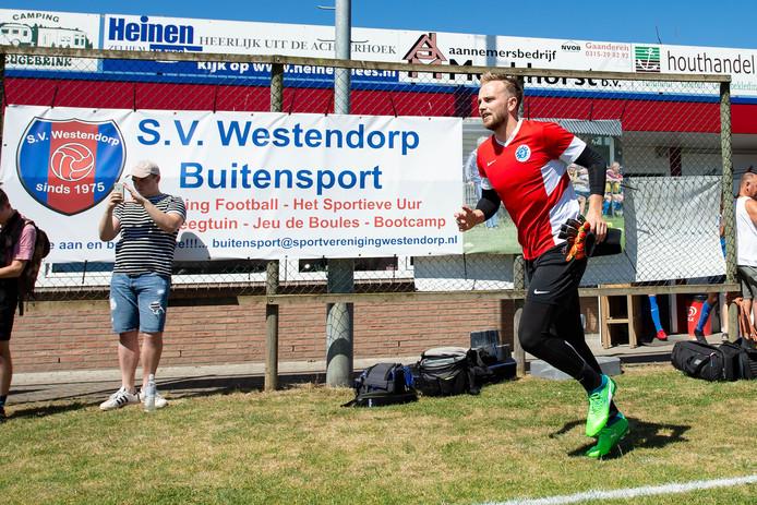 De Graafschap-doelman Hidde Jurjus betreedt het trainingsveld in Westendorp.