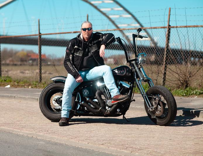Harold Sengers op zijn Harley: ,,Met een groepje gooien we de tent achterop en rijden gewoon ons voorwiel achterna.