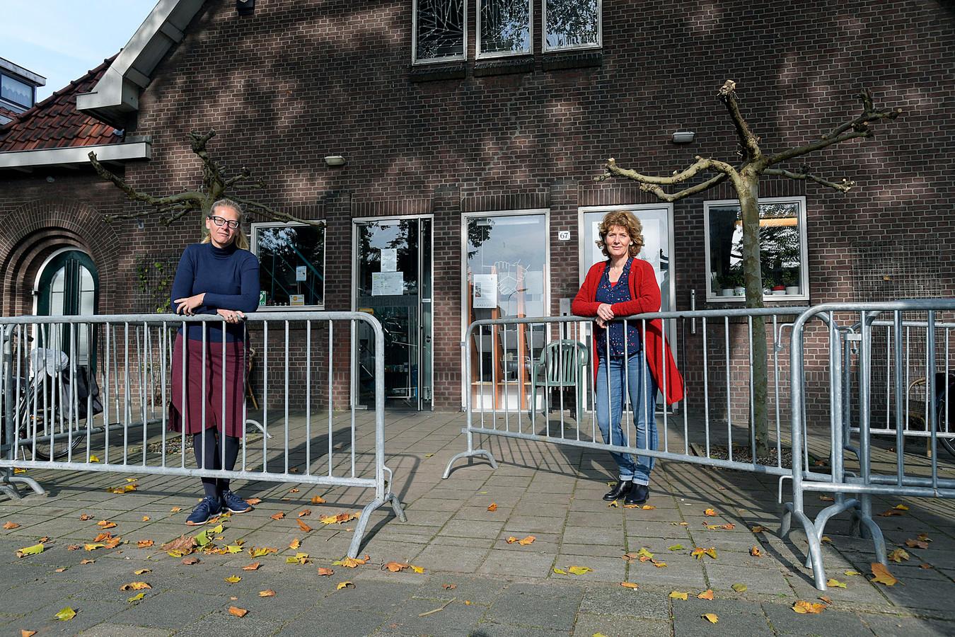 Marleen Kleijn (l) en Erica van Dijk van De Buitenwacht: ,,desnoods gaan we op straat verder, maar we gaan door.''