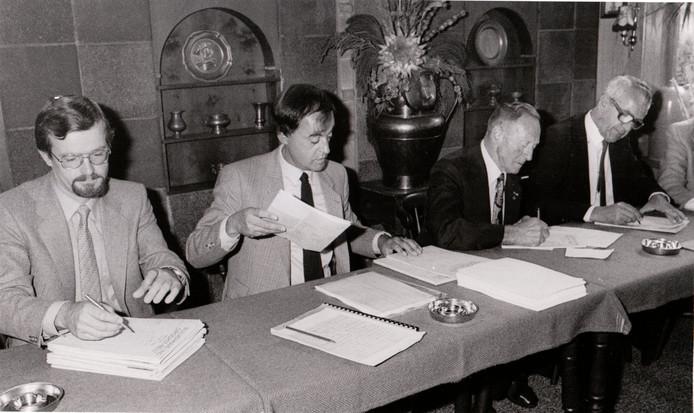 Passeren van de akte van ruilverkaveling in Oirschot (18 september 1981).