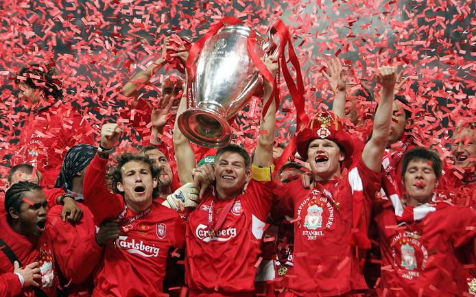 Steven Gerrard tilt de Champions League omhoog na de miraculeuze finale (3-3, winst na strafschoppen) tegen AC Milan in 2005.