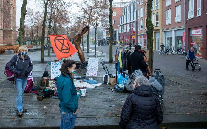 Actievoerders tegen Black Friday.