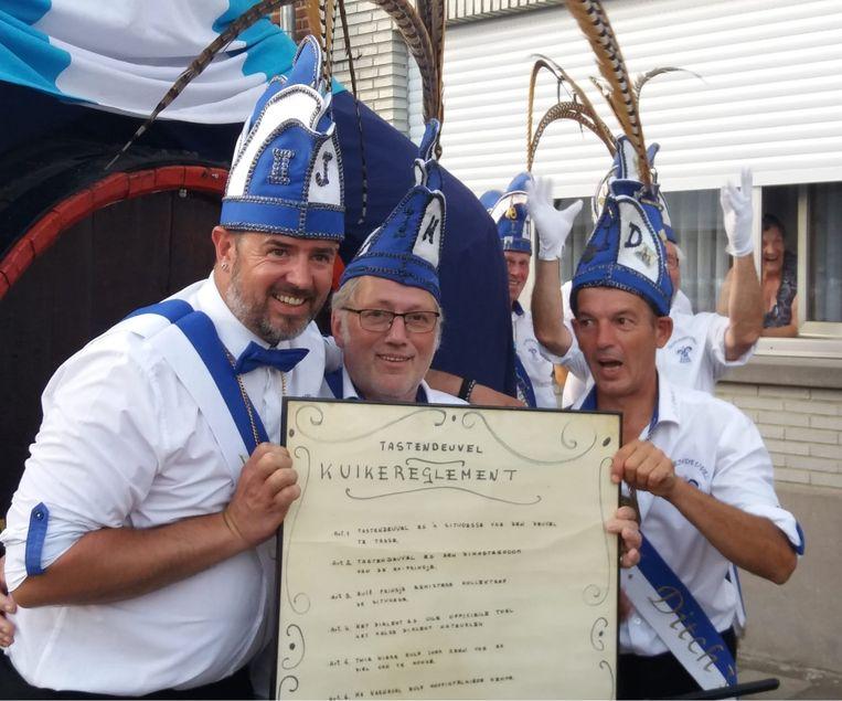 Prins Jurgen, Prins Herman en Prins Ditsj met het kuikereglement van Tastendeuvel in Halle, onderweg naar Op 't Kassaa.