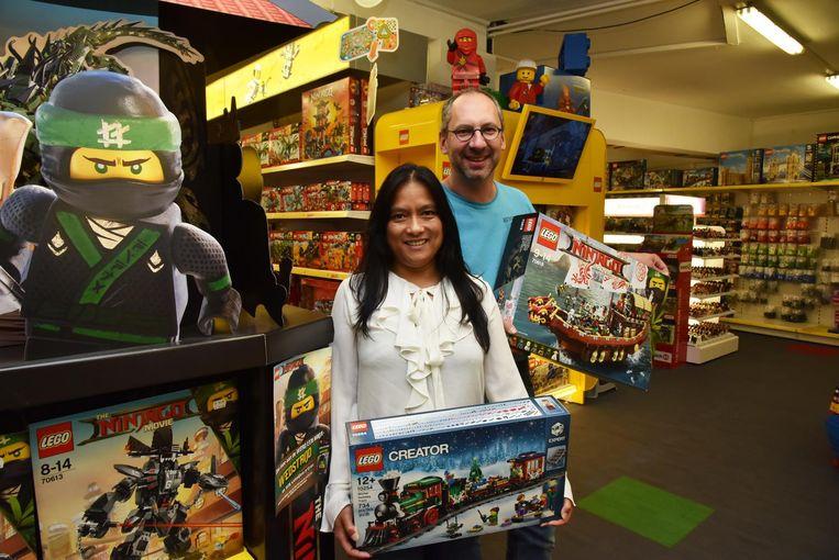 Deborah en Eric verhuizen de dozen naar Expo Gowalt.