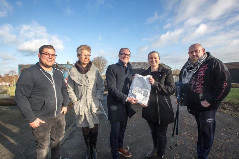 Minister Ben Weyts schenkt de enveloppe met meer dan 500 euro aan de Ark van Pollare