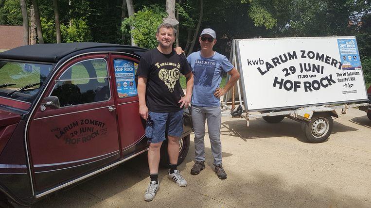 Bert Thijs en Bart Wynants van KWB Larum aan de hof van de pastoor, waar gretig reclame wordt gemaakt voor Hof Rock.