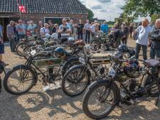 Oploo podium voor interland tussen Engeland en Nederland op stokoude motor