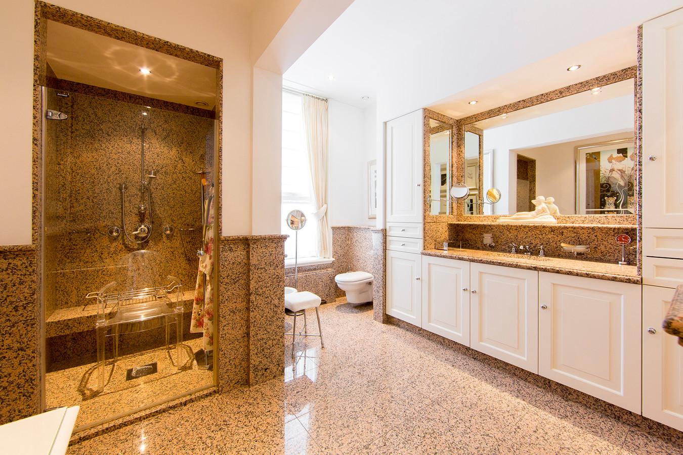 De woning heeft twee in marmer uitgevoerde badkamers met ligbad, inloopdouche, wc en bidet.