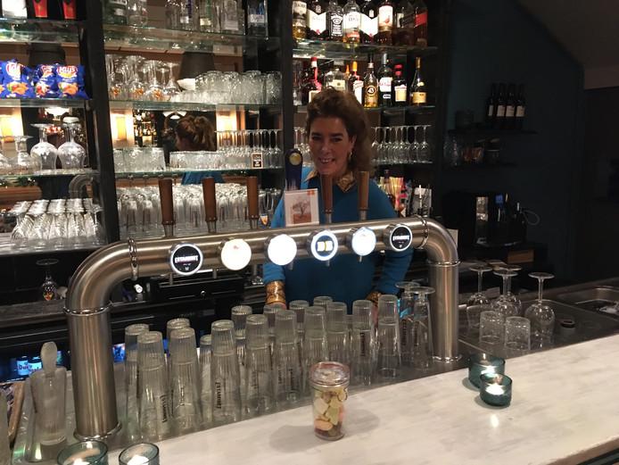 Anne-Marie Knoop achter de bar in Café de Cnaupe.
