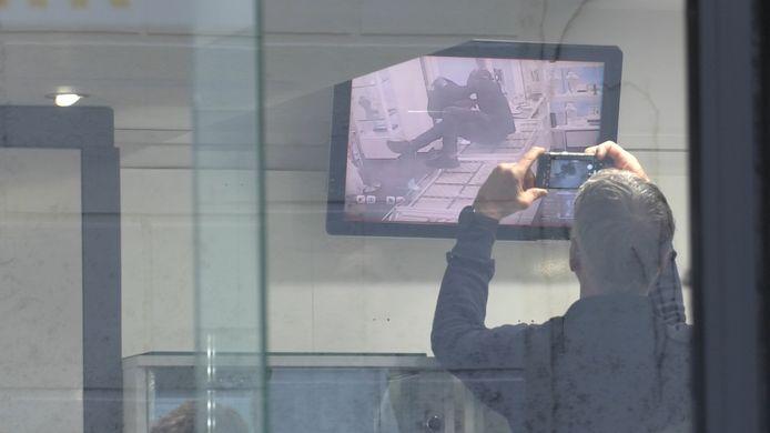 Beelden van de beveiligingscamera in de juwelierszaak. De dader is hierop te zien.