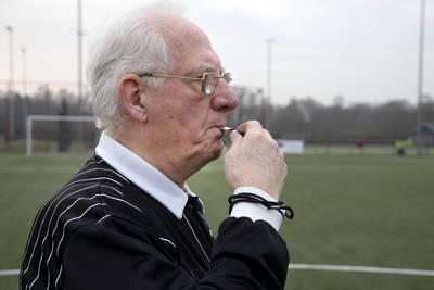Scheidsrechter Jo (82) wordt fluitend gezond oud: 'Is de oudste 93? Dan heb ik nog even'