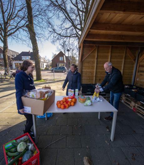 Vakkenvuller Irene (16) haalt met Tikkies 200 euro op voor verse producten voor voedselbank Kampen