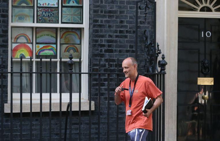 Dominic Cummings verlaat de ambtswoning van Boris Johnson na overleg met de premier.  Beeld AFP