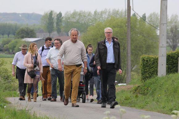 Burgemeester Marc Lewyllie in gesprek met de Duitse ambassadeur. Achter hen lopen onder meer de vier andere ambassadeurs.