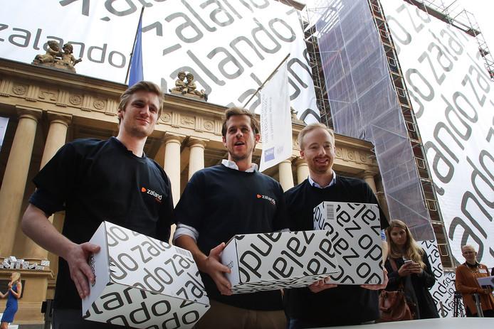 Zalando-ceo Rubin Ritter (rechts) staat naast oprichters David Schneider (helemaal links) en  Robert Gentz ter gelegenheid van Zalando's beursnotering in Frankfurt in oktober 2014