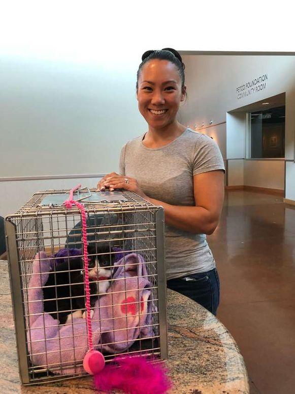 Karma heeft een nieuwe thuis gevonden en poseert hier met haar adoptiemama.