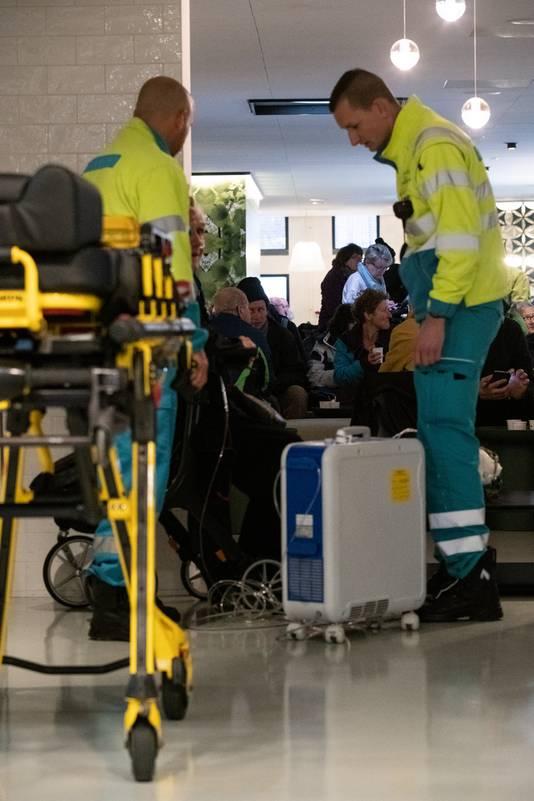 Geëvacueerde passagiers worden opgevangen in het gemeentehuis van Nijmegen.