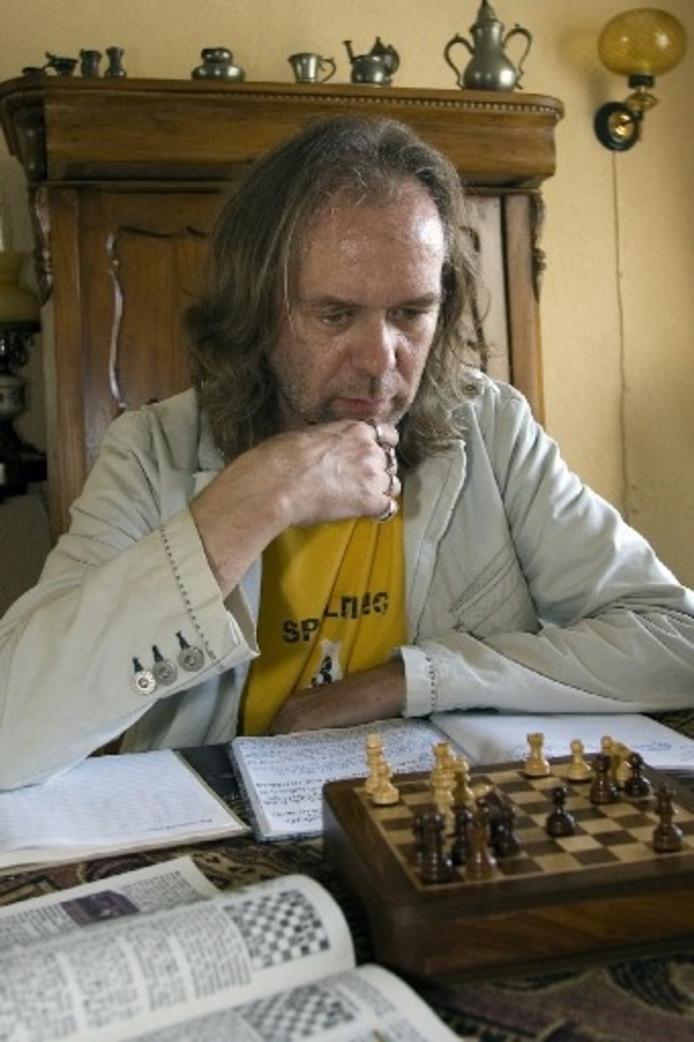 Correspondentieschaker Jacques Kuiper buigt zich over één van zijn huidige partijen. ,,Deze stelling is echt uniek.''foto Kevin Hagens