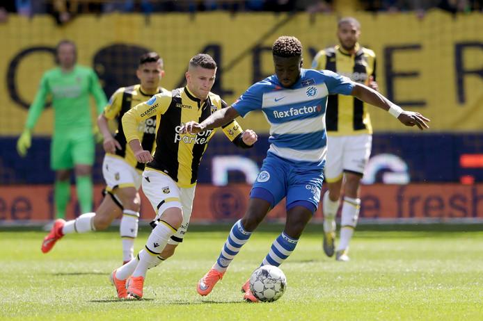 De Graafschap-verdediger Leeroy Owusu aan de bal in het uitduel bij Vitesse.