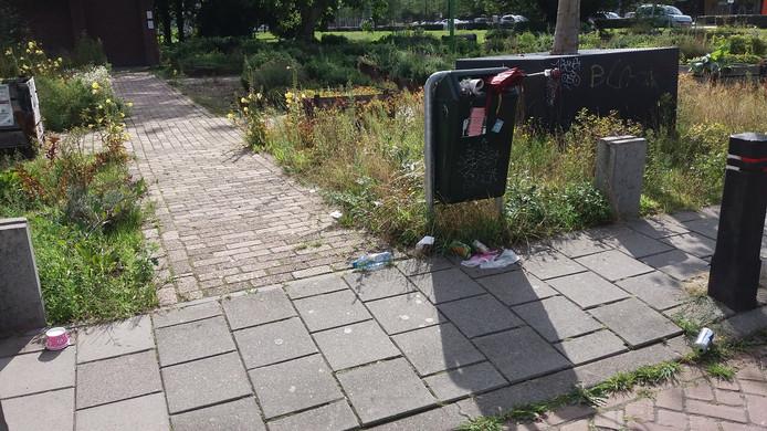 ,,Deze prullenbak in de Atelierstraat is áltijd vol, maar wordt nooit extra geleegd. Mensen komen de stad uit en kunnen hun troep niet kwijt.'' ingestuurd door Erno Elsinga