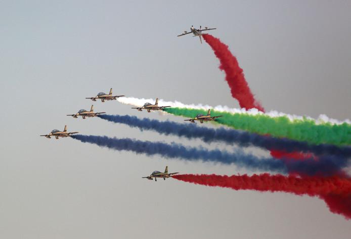 Het stuntteam van de Emiratische Luchtmacht showt haar kunsten tijdens de Dubai Airshow. Foto Satish Kumar