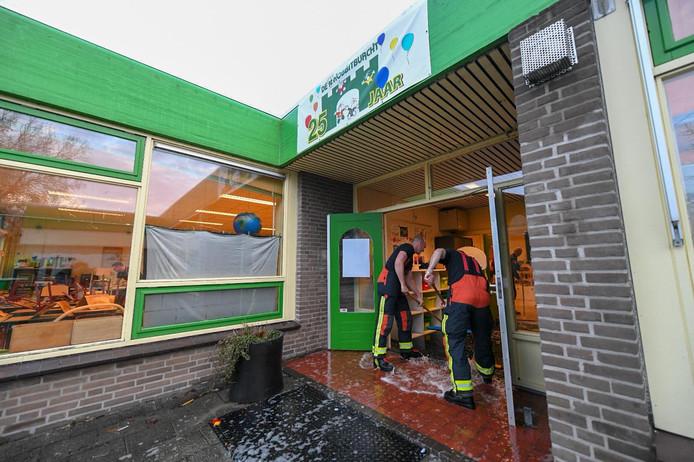 Brandweerlui kwamen er vrijdag aan te pas om het overtollige water de school uit te vegen. Archieffoto