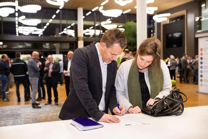 Ondernemers konden direct na de startbijeenkomst bij Vanderlande in Veghel tekenen of ze mee willen doen aan het project Sterk Techniekonderwijs. Dat werd al volop gedaan.