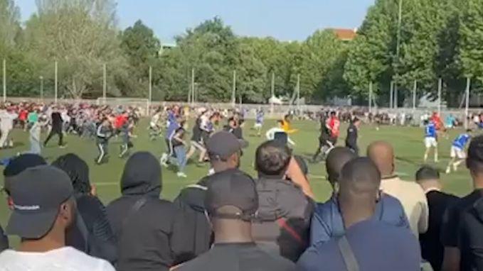 Honderden fans bestormen veld tijdens illegale voetbalmatch