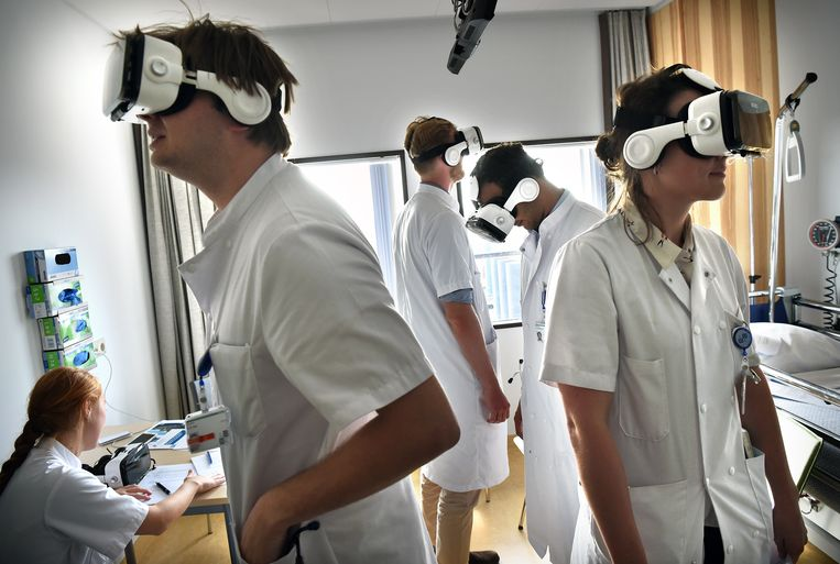 Studenten geneeskunde die net aan hun co-schappen zijn begonnen krijgen les met een VR-bril.  Beeld Marcel van den Bergh